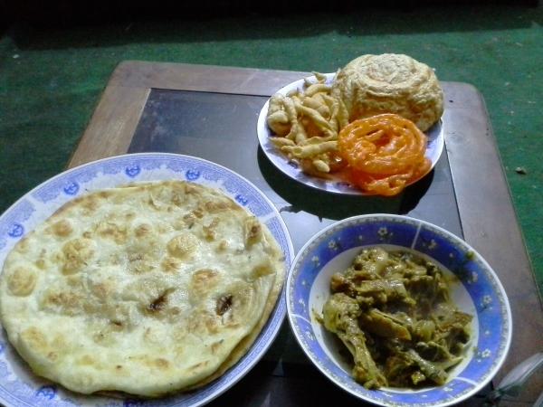 dr kiri searah jarum jam: fried nan, cheese sticks, corn bread, jalebi, chicken karahi... kenyang...